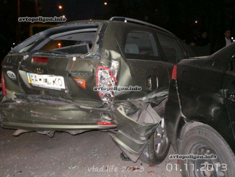 У Києві Mercedes збив три іномарки та маршрутку (фото)