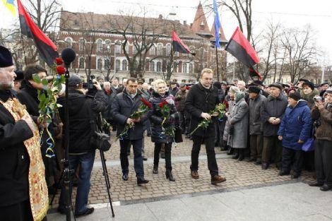 По всій Україні українці з смолоскипами вшановують пам'ять Стапана Бандери