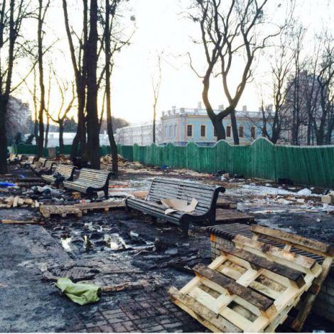 Краса Маріїнського парку після вандалів Калашнікова (ФОТО)