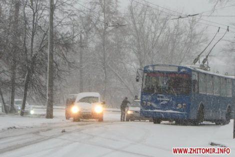 Перший сніг паралізував українські міста (ФОТО)