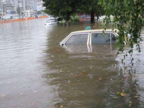 У Луцьку після дощу люди плавали у калюжах. Фото