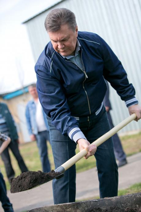 Янукович, Азаров, Рибак з лопатами на суботнику (ФОТО)